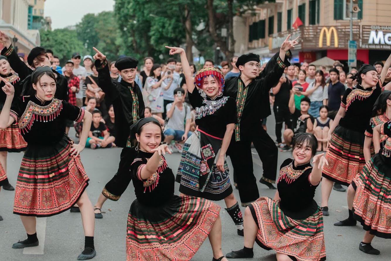 Dance cover Hãy trao cho anh quá chất, nhóm nhảy của ĐH Thương mại được Sky nhận xét xuất sắc không kém Sơn Tùng