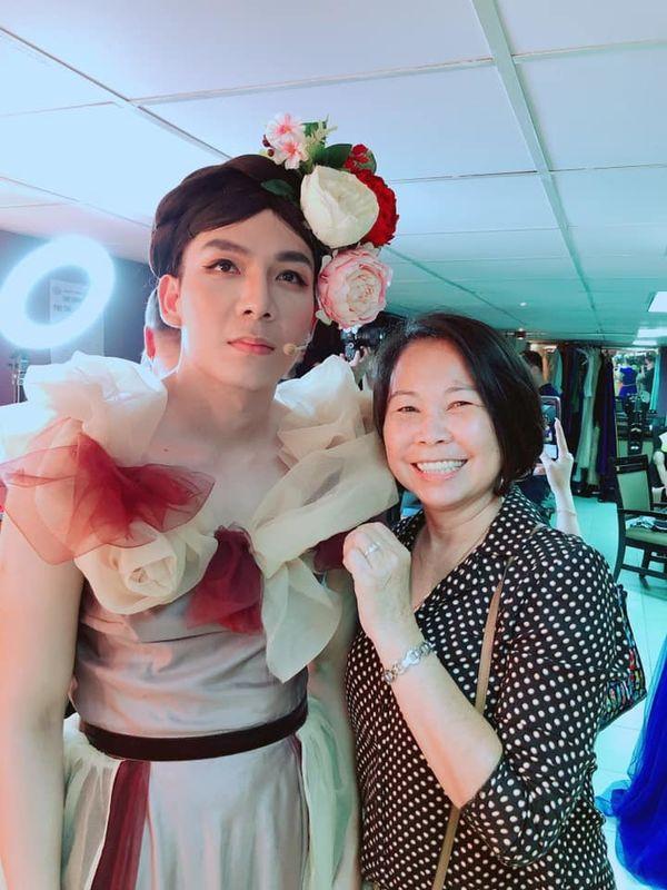 Kelvin Khánh mặc váy giả gái cực đỉnh, mẹ vợ thích thú trao ngay danh hiệu cực cool ngầu
