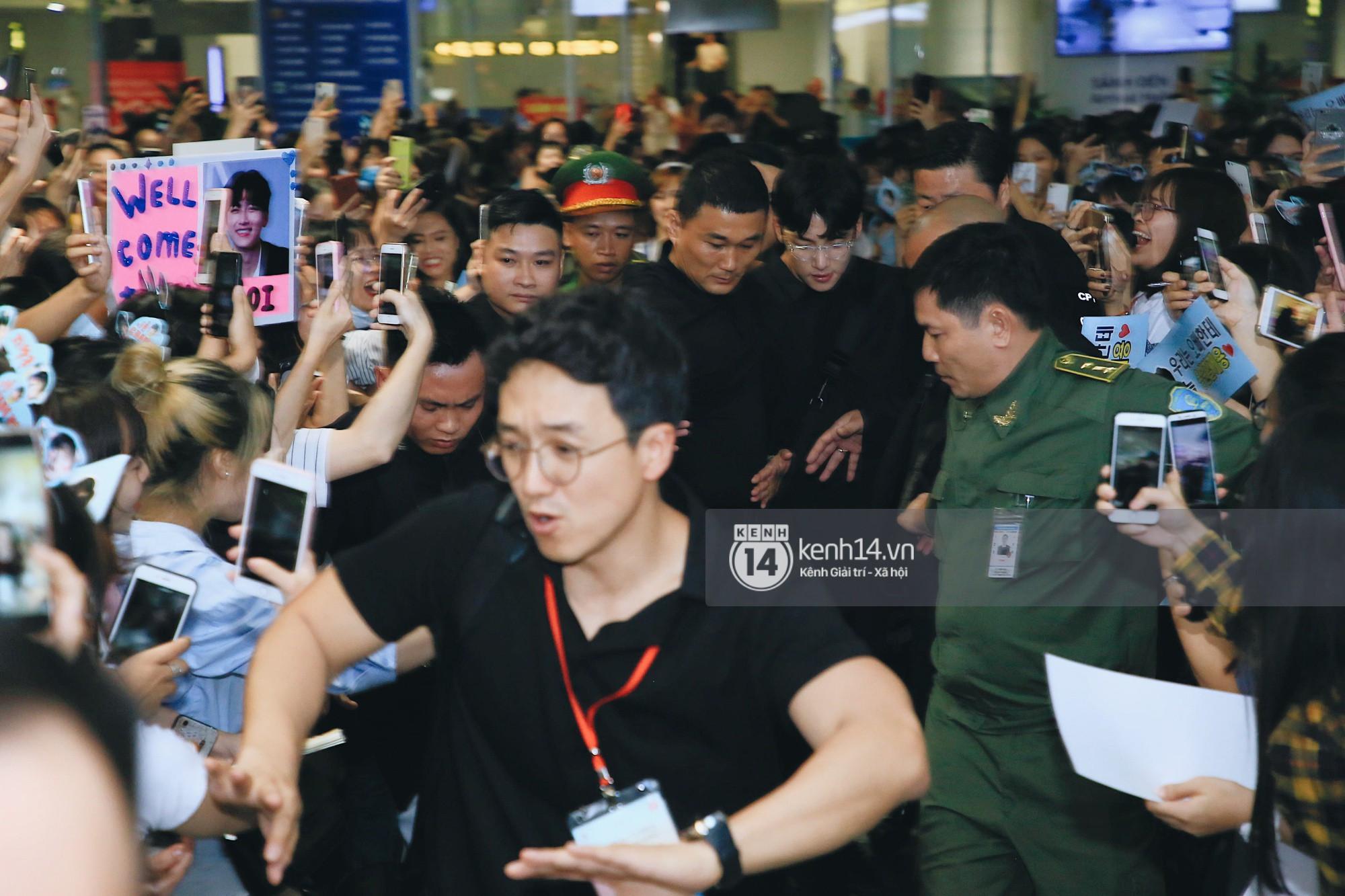 Tài tử vạn người mê Ji Chang Wook điển trai cực phẩm, thái độ bất ngờ giữa biển fan đông không tưởng ở sân bay Nội Bài