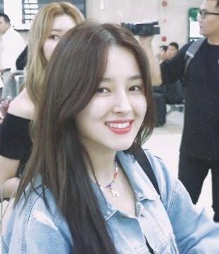 Chỉ để mặt mộc xuất hiện ở sân bay, thiên thần lai Nancy thừa sức đánh bật nhan sắc của Lisa, Jisoo