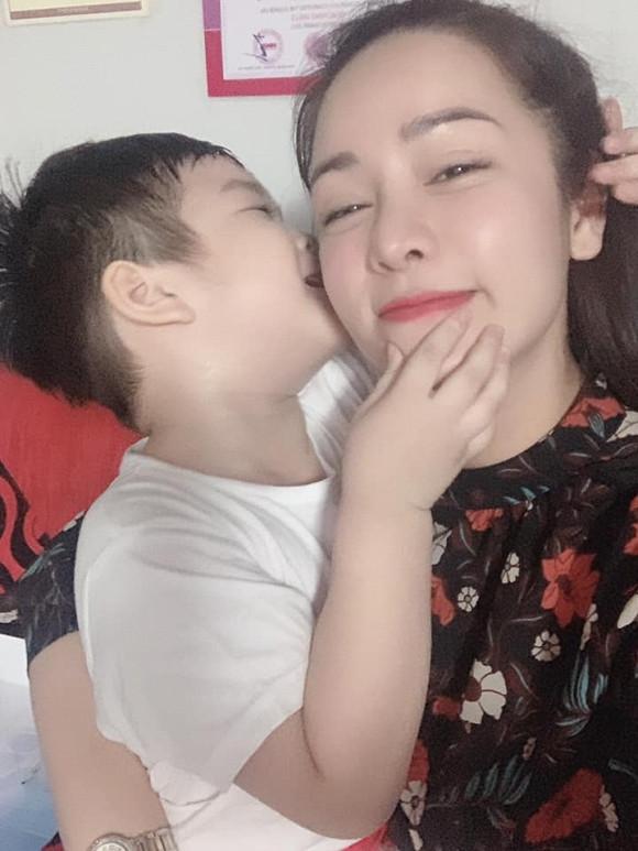 Nhật Kim Anh đợi 7 tiếng đồng hồ quên hết mệt mỏi khi được gặp con trai