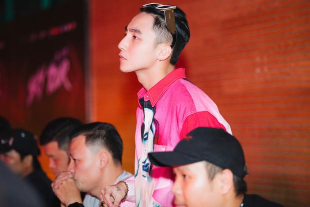 Sơn Tùng M-TP khiến CĐM bấn loạn vì vẻ ngoài quá đẹp trai ở buổi tập luyện tại Đà Nẵng đến tận nửa đêm cho SKY TOUR