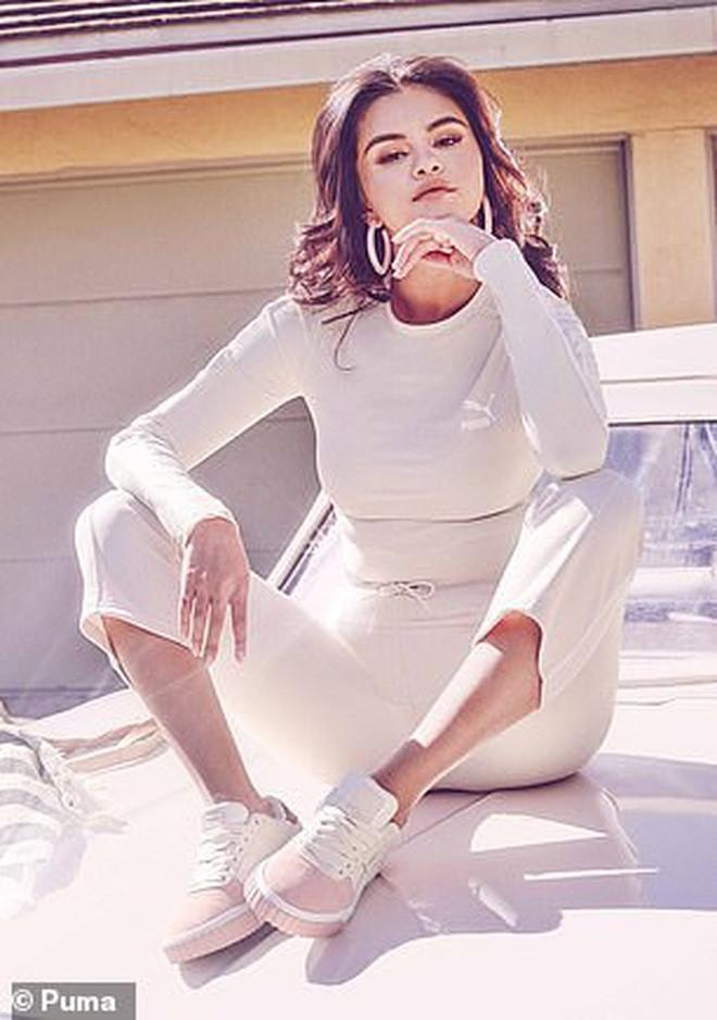 Sau khi nghỉ dài hơi, Selena Gomez gây bão với bộ ảnh tái xuất đỉnh cao: Đẹp xuất thần dù body lộ khuyết điểm