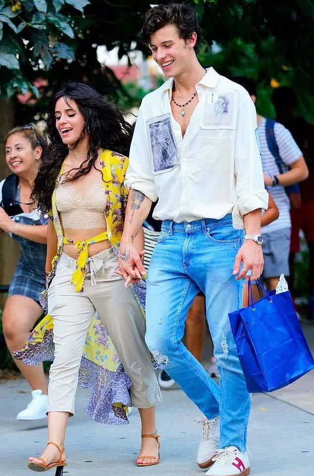 Shawn Mendes và Camila Cabello nắm tay nhau tình tứ dạo phố: Còn gì tuyệt hơn bạn thân khác giới!