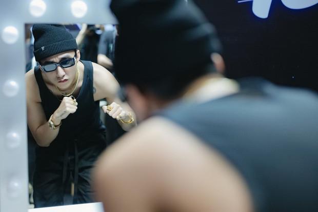 Sơn Tùng M-TP khoe body lấp ló trong buổi tổng duyệt đêm Sky Tour thứ ba tại Hà Nội khiến CĐM bấn loạn!