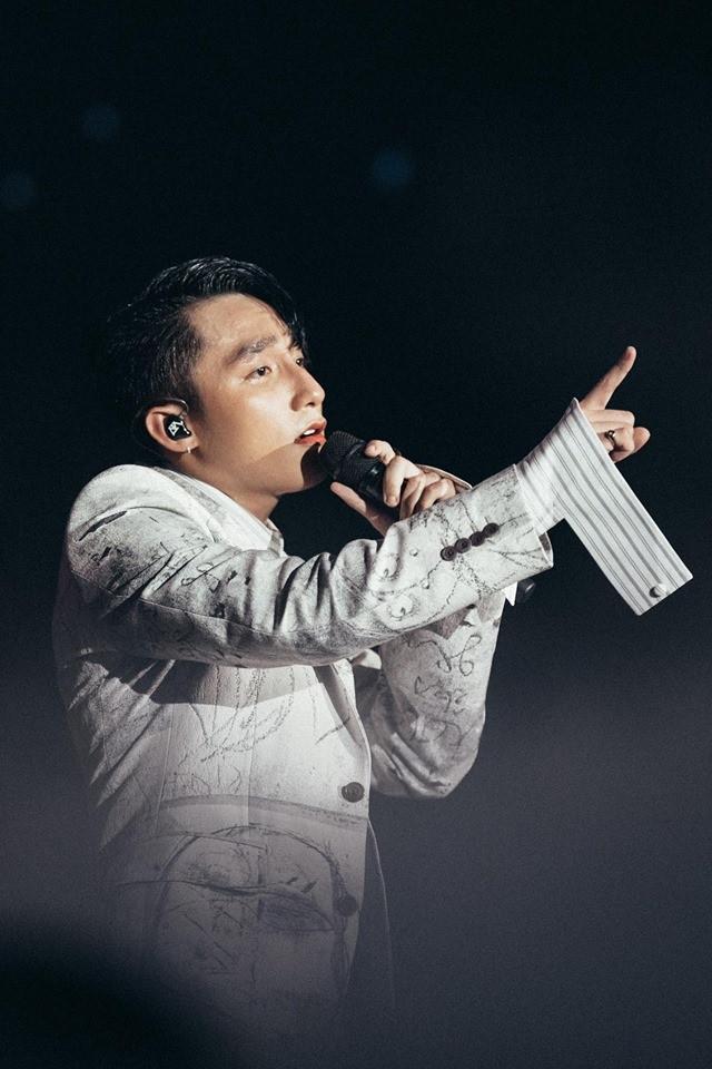Choáng ngợp với dàn hàng hiệu đắt xắt ra miếng được Sơn Tùng diện qua 3 đêm Sky Tour