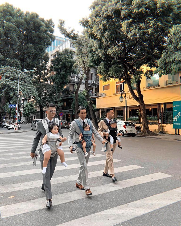 Bức ảnh gây bão MXH: Bố bỉm sữa hiện đại, diện suit cực bảnh vẫn chẳng ngại địu con xuống phố