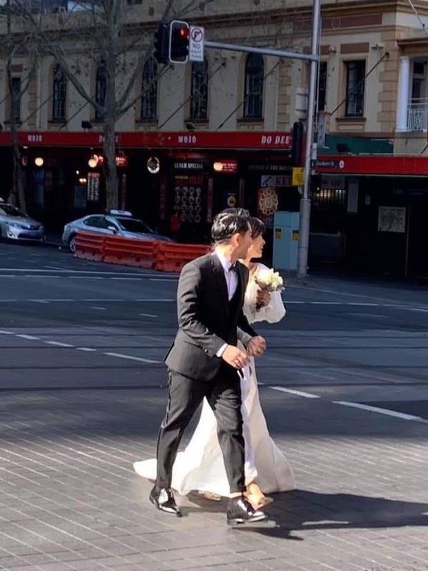 Đông Nhi - Ông Cao Thắng diện đồ đôi, nắm tay cực tình về Việt Nam sau khi lộ hậu trường ảnh cưới ở Sydney