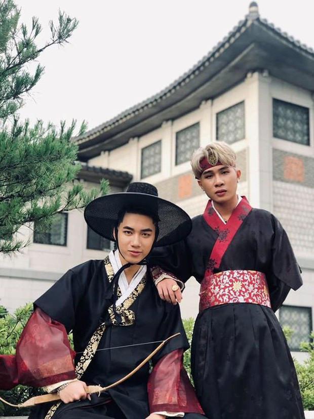Jack và K-ICM liên tục diện đồ đôi và dành cho nhau nhiều cử chỉ tình cảm khi ở Hàn Quốc