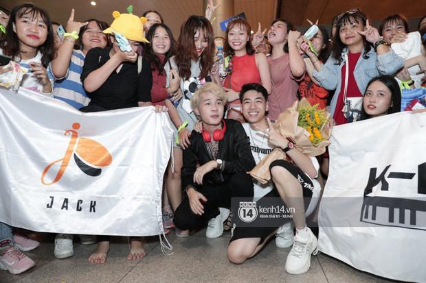 Jack và  K-ICM trở về từ Hàn Quốc được fan vây kín chào đón Idol  khiến sân bay Tân Sơn Nhất đông như vỡ trận