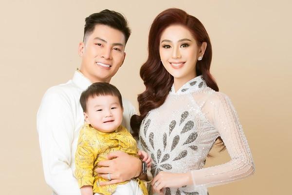 Quý tử nhà công chúa Lâm Khánh Chi khoe vẻ đáng yêu khi chụp ảnh cùng bố mẹ khiến CĐM tan chảy