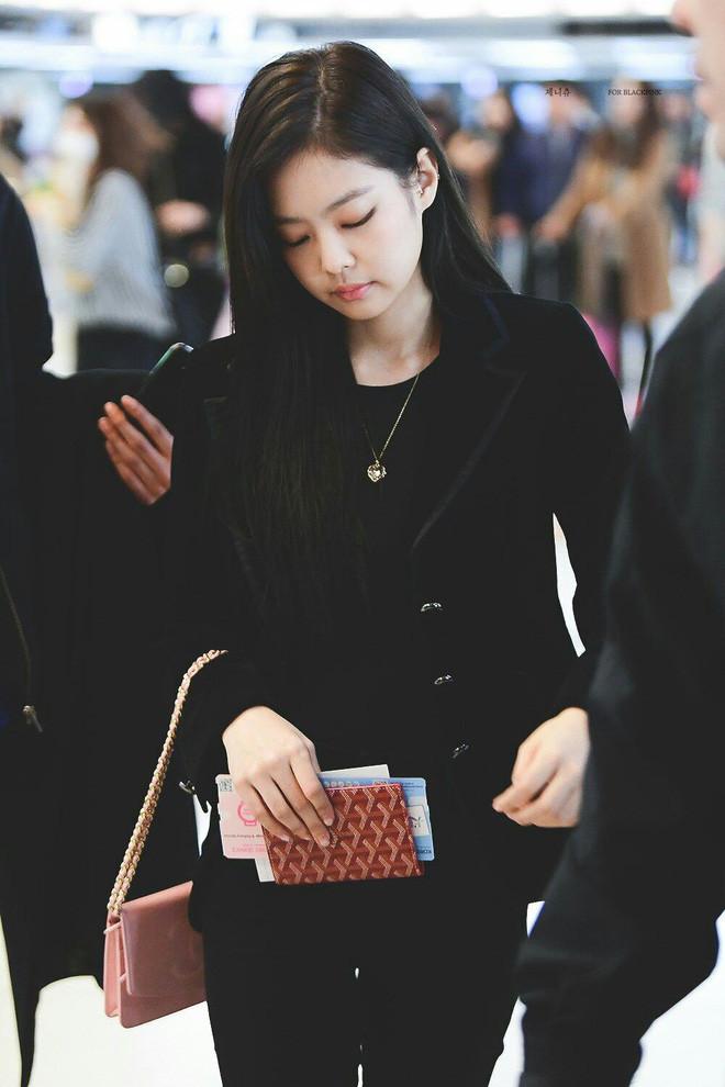 Jennie đúng là điệu nhất Black Pink: chọn túi cũng phải tông xuyệt tông với trang phục mới chịu