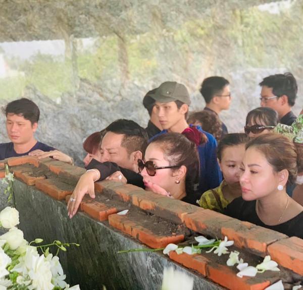 Hoài Linh cùng dàn nghệ sĩ nghẹn ngào trước linh cữu của nghệ nhân Thành Giao