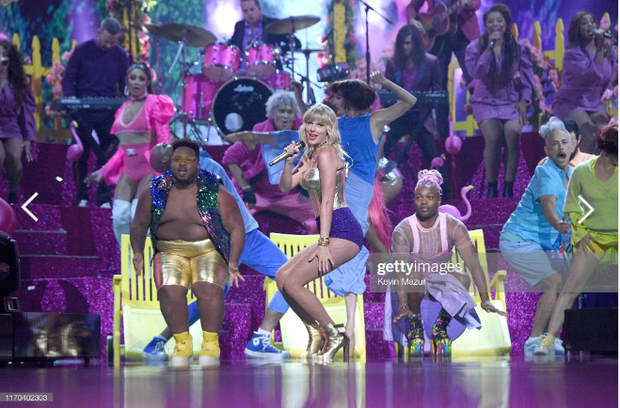 Taylor Swift mặc trang phục lấy cảm hứng từ Madonna, mang hai sắc thái trái ngược khai hỏa MTV VMAs 2019!