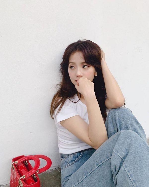Chỉ áo thun, quần jeans đơn giản chụp bâng quơ sau hậu trường thôi mà Jisoo vẫn xinh như mộng