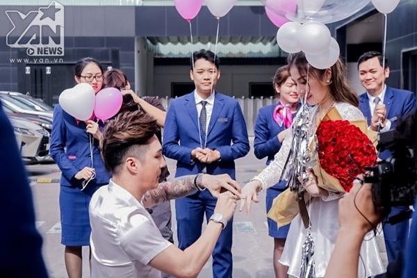 Nối tiếp bộ ảnh cưới sang trọng của Lâm Chấn Khang và Kim Jun See thiệp cưới của cặp đôi cũng được hé lộ