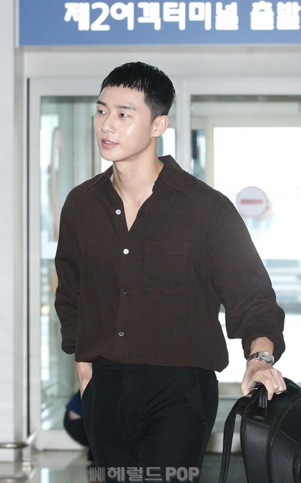 Có ai như phó chủ tịch Park Seo Joon, lột xác với đầu quả dừa úp ngược mà vẫn khiến sân bay náo loạn