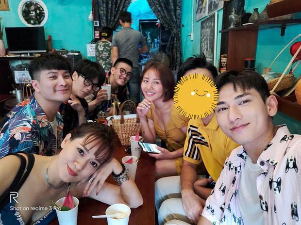 Khoe ảnh đi chơi lễ cùng bạn bè, chàng trai được che chắn kỹ lưỡng cạnh Văn Mai Hương là ai?