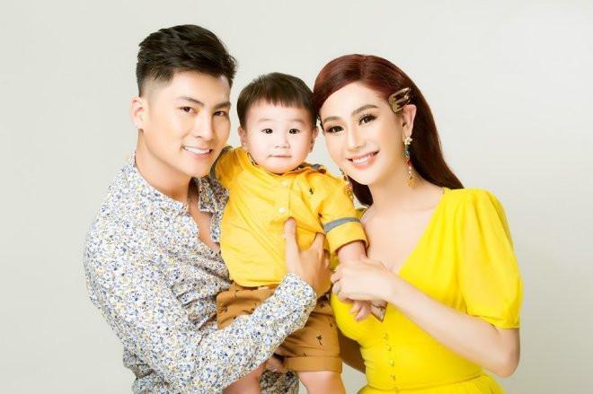 Lâm Khánh Chi khoe biểu cảm siêu đáng yêu của con trai khi được mẹ đưa đi chơi nhân dịp lễ
