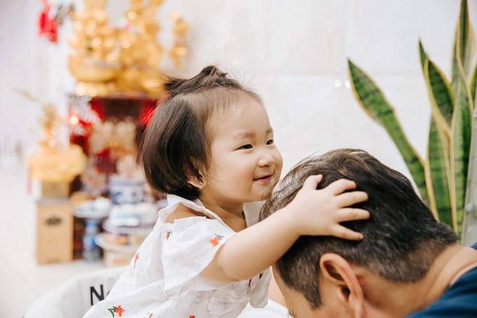 Khoảnh khắc Tuấn Hưng ngồi trên giường tự tay buộc tóc cho con gái cưng