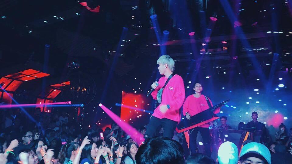 Jack và K-ICM diện đồ đôi màu hồng lên sân khấu khiến CĐM tan chảy vì siêu đáng yêu