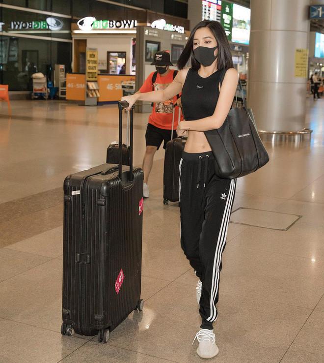Thấy ai nấy rôm rả Lúc đi hết mình lúc về hết hồn, Bích Phương tự mang thời trang sân bay của mình ra làm minh họa