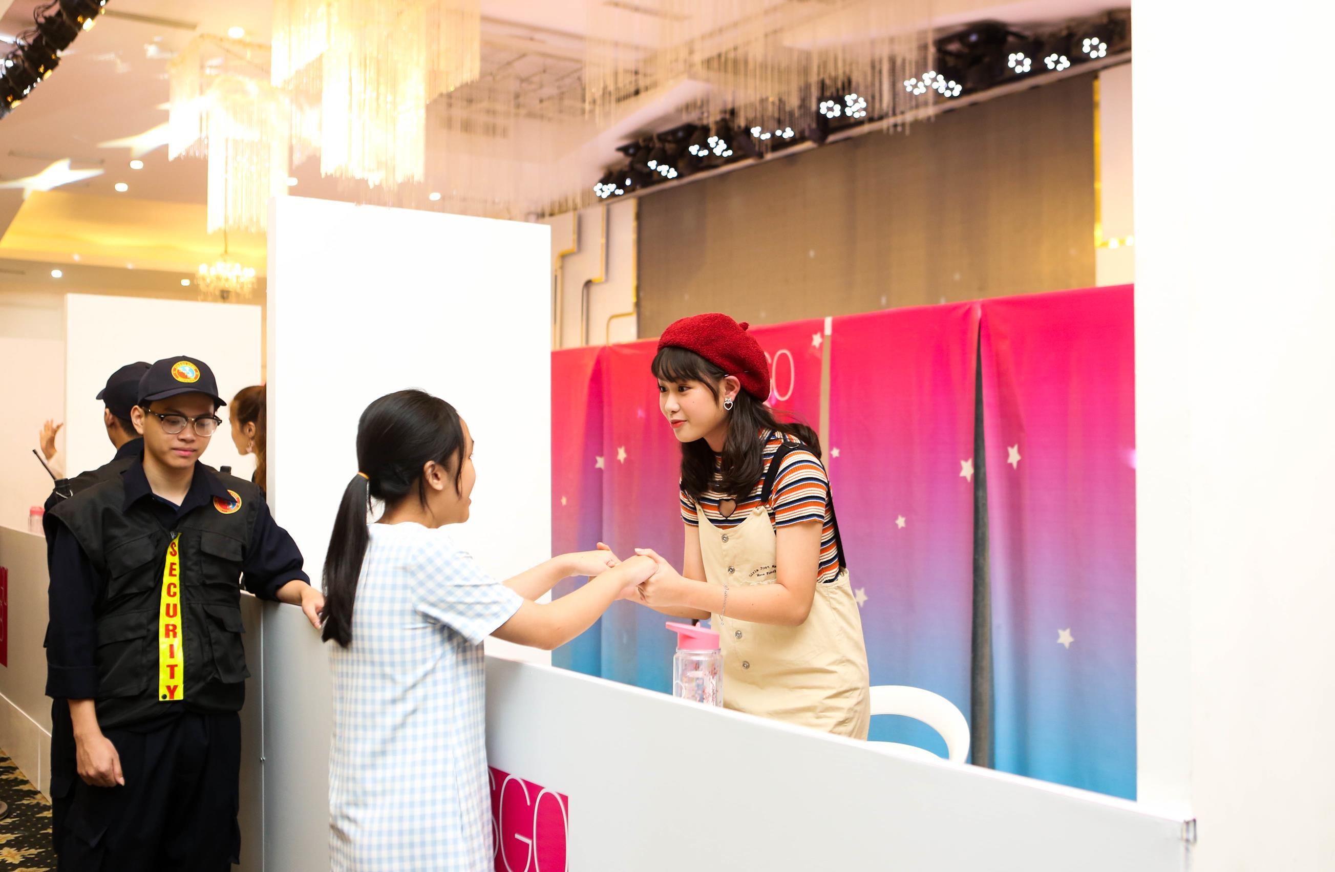 Fan SGO48 bật khóc khi được nắm tay thần tượng ở sự kiện handshake tại Hà Nội