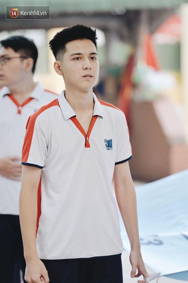 Hotboy cầm cờ đình đám một thời trường Phan Đình Phùng gương mặt bây giờ phúng phính cực đáng yêu
