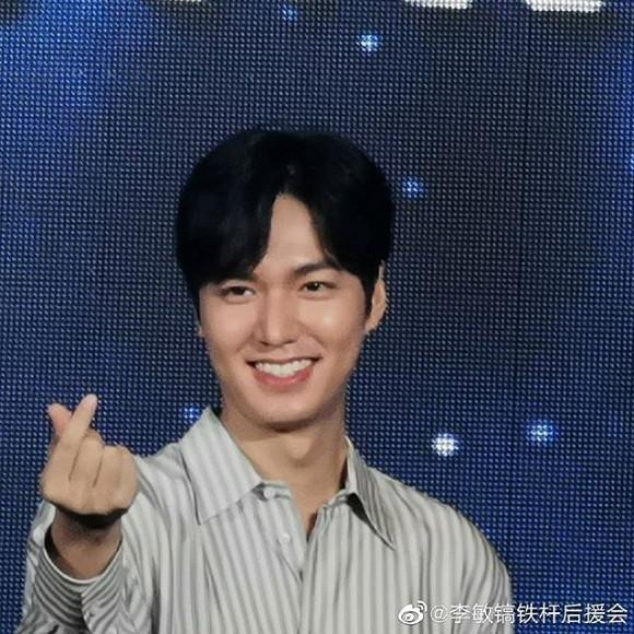 Mỹ nam Lee Min Ho làm người hâm mộ không khỏi bấn loạn khi vừa cười vừa bắn tim thế này!