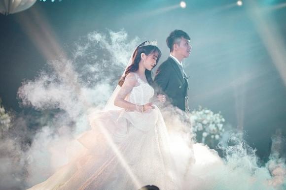 Cận cảnh 3 chiếc váy cưới có giá trị khủng không kém gì các sao lớn của ái nữ nhà đại gia Minh Nhựa