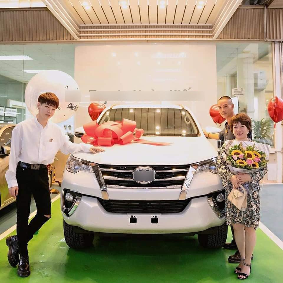 Đức Phúc chi tiền tỷ tậu xe hơi tặng cho bố mẹ khiến CĐM trầm trồ ngưỡng mộ