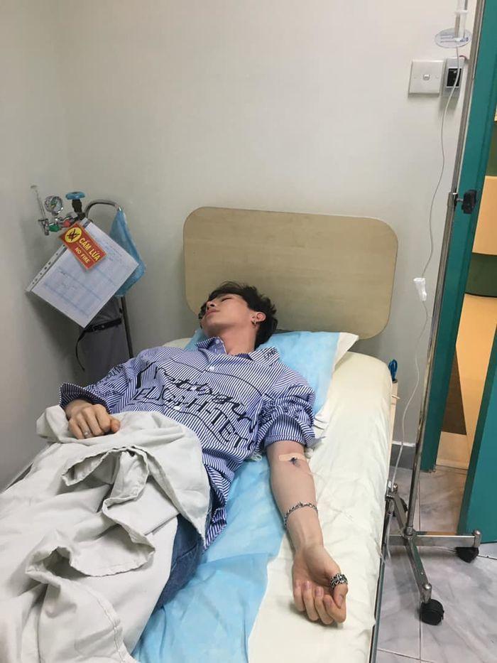 Vì sức khỏe yếu, Erik phải nhập viện nhưng vẫn kiên quyết không hủy show diễn vì fan