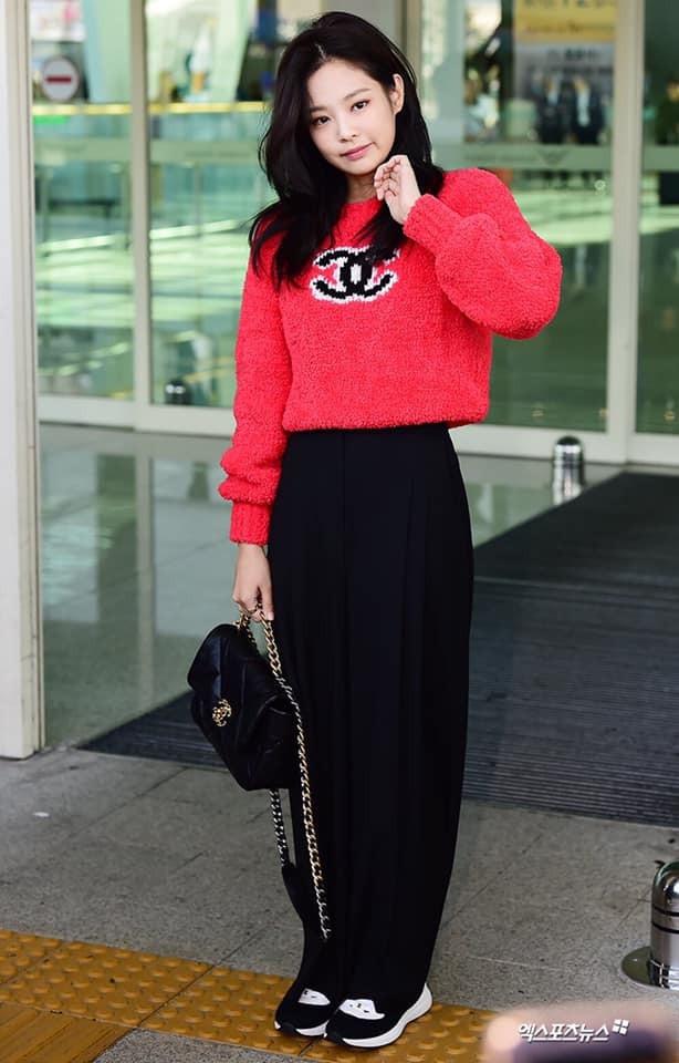 Jennie (Black Pink) xuất hiện với thần thái sang chảnh diện nguyên cây Chanel từ đầu đến chân tại sân bay