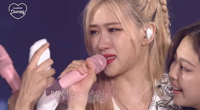 Rosé tiết lộ lý do các thành viên BLACKPINK khóc nức nở ở concert: Áp lực vì cái tên ngậm thìa vàng bị phá bỏ?