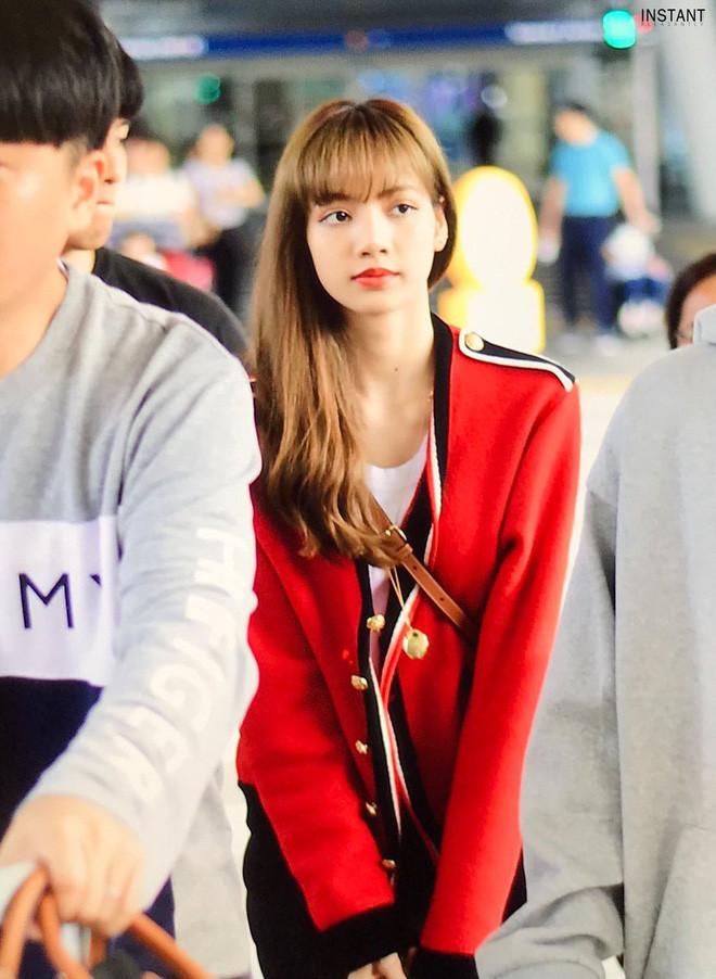 Lisa (BLACKPINK) khoe nhan sắc đạt đến cảnh giới đẹp mọi lúc mọi nơi, đặc biệt vòng eo khó tin tại sân bay