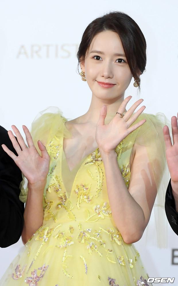 Cận cảnh khoảnh khắc Yoona (SNSD) đẹp xuất thần trên thảm đỏ LHP Busan khiến mạng xã hội đảo điên