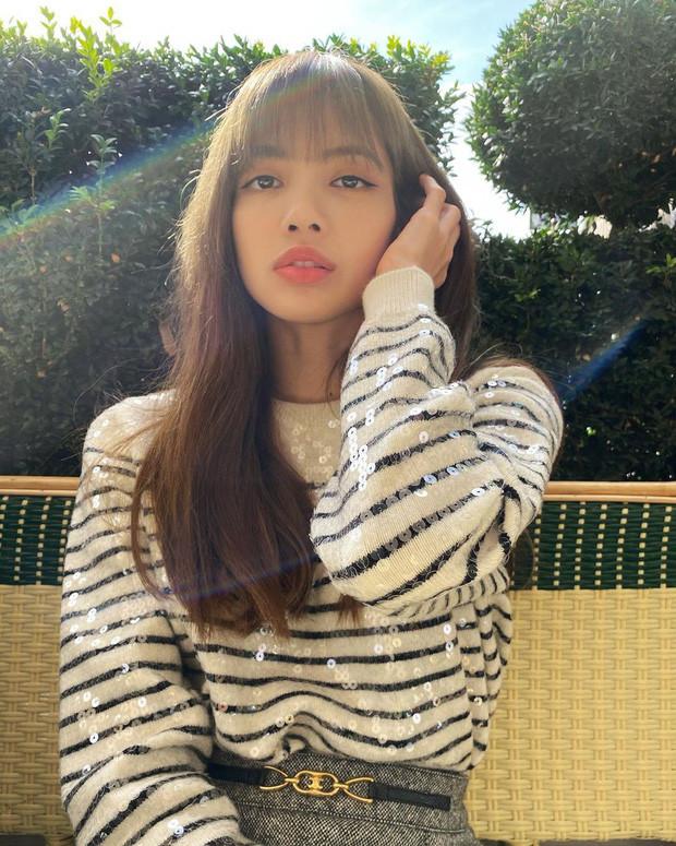Lisa (BLACKPINK) selfie chẳng thèm chỉnh sửa mà vẫn khiến dân tình mê mẩn vì quá đẹp