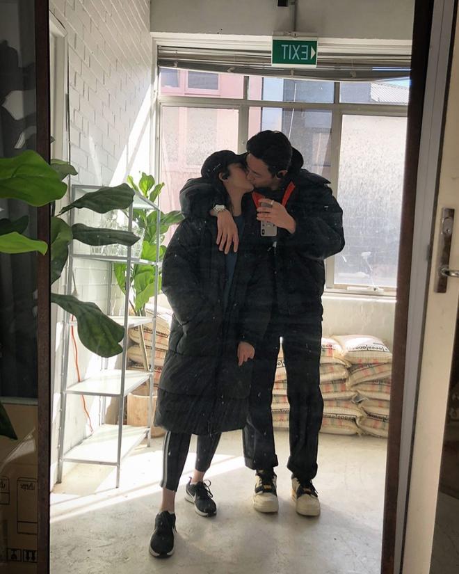Nhan sắc bạn gái mới của Rocker Nguyễn khiến dân tình ngỡ ngàng có phải là chị em sinh đôi với Jun Vũ?