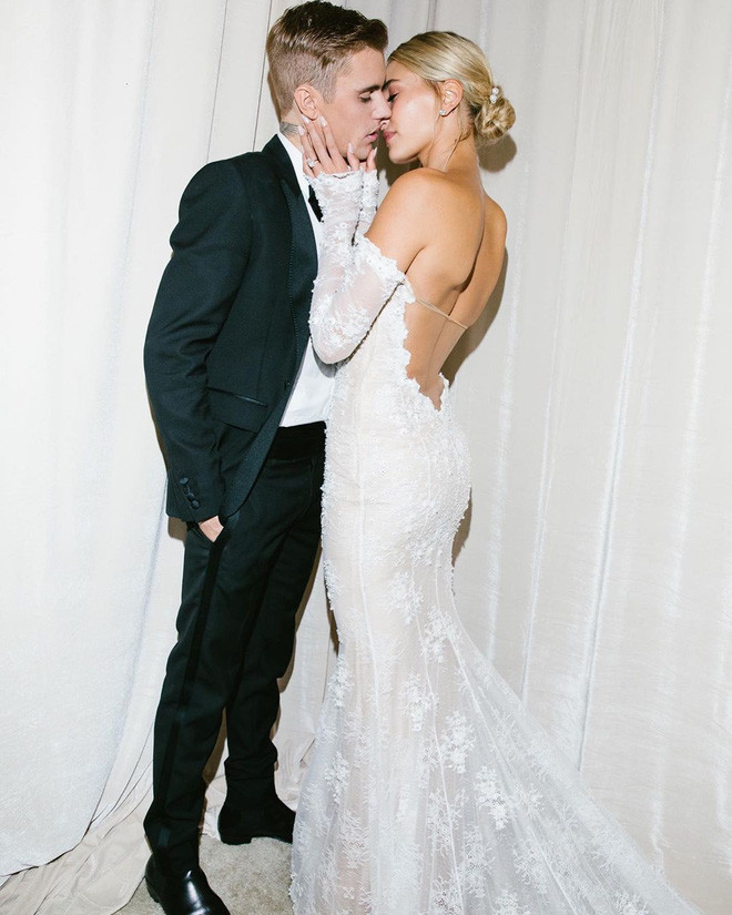 Justin Bieber khoe ảnh cưới đẹp xuất thần, hôn vợ đắm đuối nhưng  dòng chữ thêu trên váy cô dâu mới gây chú ý
