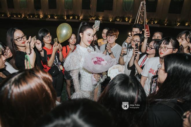 """Đông Nhi hạnh phúc khi được hàng trăm fan """"đột kích"""" chúc mừng sinh nhật lúc đêm muộn"""