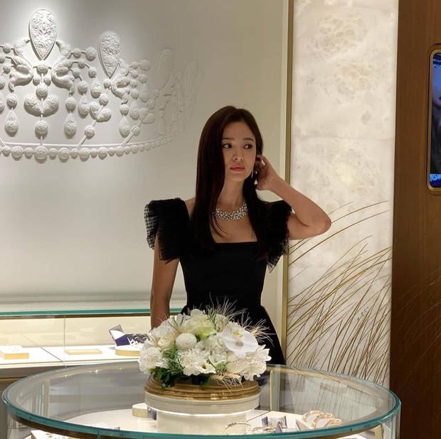 Song Hye Kyo tuyên bố hủy lịch trình để tưởng nhớ Sulli nhưng lại bị bắt gặp lồng lộn dự sự kiện