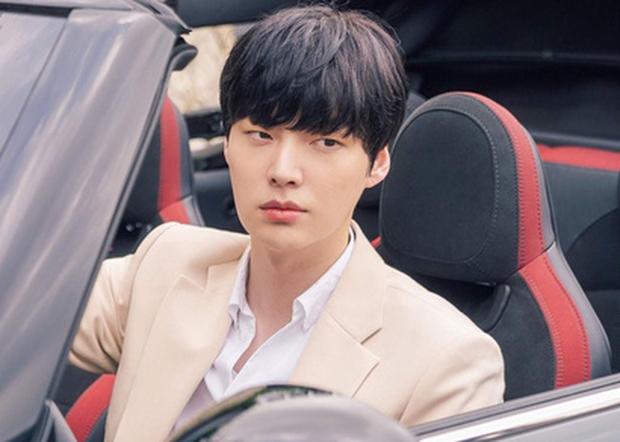 Cuối cùng Ahn Jae Hyun cũng lộ tạo hình tổng tài điển trai ngất ngưởng ở phim mới