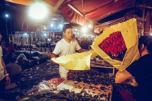 Mặt trời chưa mọc Tuấn Hưng đã vội đi chợ mua hoa và tự gói tặng vợ dịp 20/10