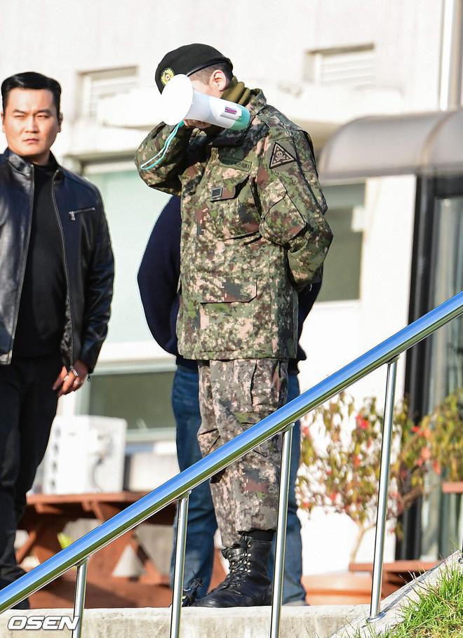 Khoảnh khắc đắt giá nhất hôm nay: G-Dragon bật khóc ôm chầm lấy bố, xúc động trước 1 fan nhí đến đón từ 2 giờ sáng