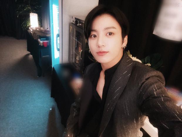 Em út vàng BTS gây choáng với ảnh trước và sau makeup, liệu có xứng gương mặt đẹp trai thứ 2 thế giới?