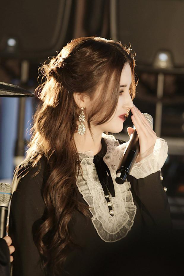Thiên thần lai Nancy (MOMOLAND) cosplay ma cà rồng đẹp như bước ra từ phim ảnh!