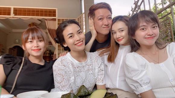 Vợ chồng Nhã Phương - Trường Giang vô tư thể hiện tình cảm trong loạt ảnh chụp với bạn bè