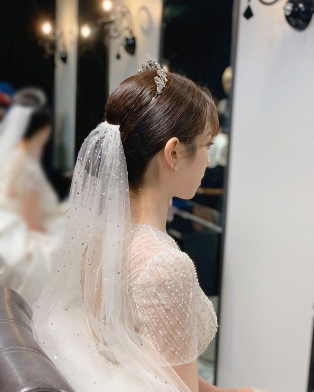 Nhìn Đông Nhi và Nhã Phương mới thấy cô dâu ngày nay giờ càng đơn giản càng đẹp