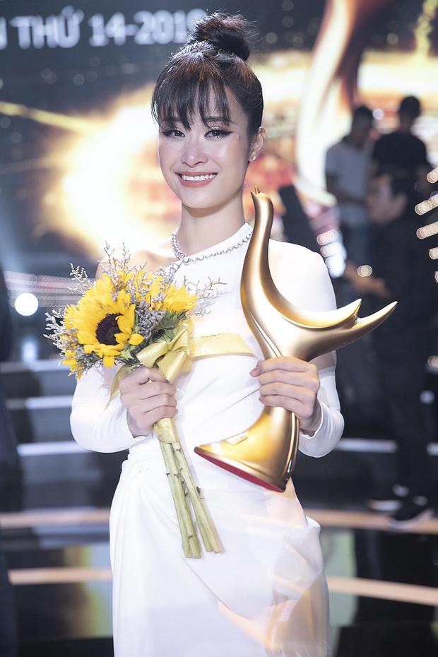 Mới ngày nào còn là công chúa teen, Đông Nhi - Bảo Thy thoắt cái đã lên xe hoa cả rồi!