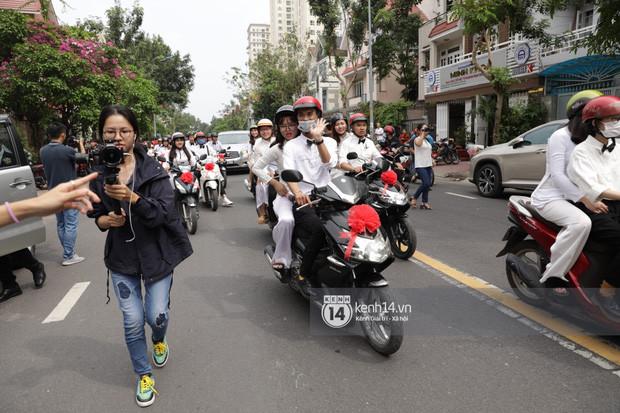 Không phải siêu xe đắt tiền mà hàng trăm fan chạy xe máy được thắt nơ đỏ tháp tùng Đông Nhi về nhà với Ông Cao Thắng